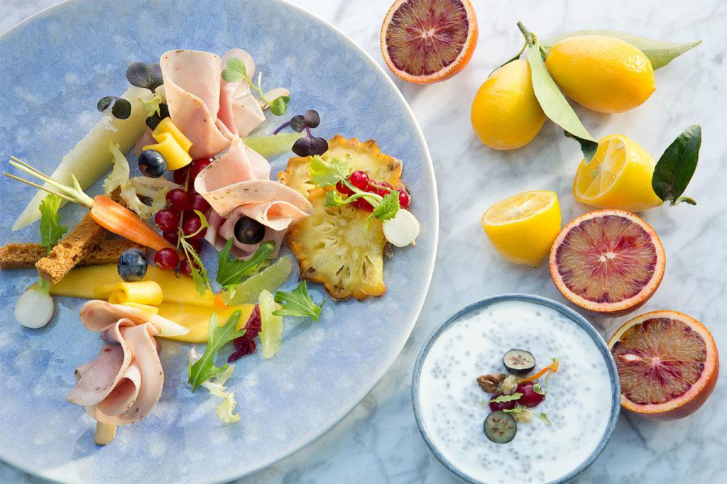 Ensalada de Jamón Cocido Extra Hierbas Mediterráneas con frutas de temporada y yogur
