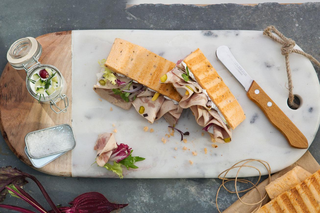 Sándwich de Pavo Trufado Finas Lonchas con pan de tomate
