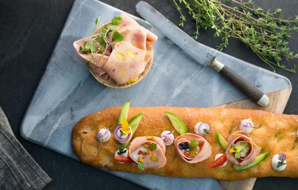 Pan de aceite con Pavo con Huevo y Pistachos y ensalada de vegetal