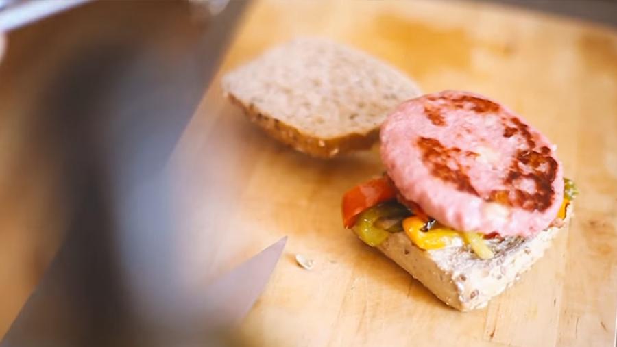 Burger Carne 100% de Pavo y Pollo con Queso y verduras con salsa de mostaza