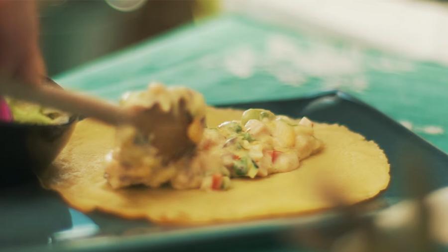 Crepes rellenos de Pechuga de Pavo a las Finas Hierbas de Un momento y Listo, con salteado de verduras y bechamel