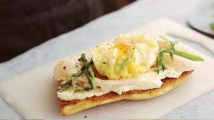 Costrini de Pechuga de Pavo sabor Trufa Negra con espárragos verdes y huevo poché