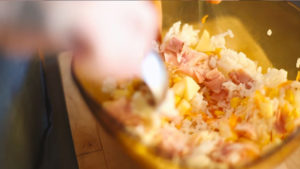 Ensalada de arroz con manzana, maíz, zanahoria rallada, tomate y Jamón Cocido Hierbas Mediterráneas