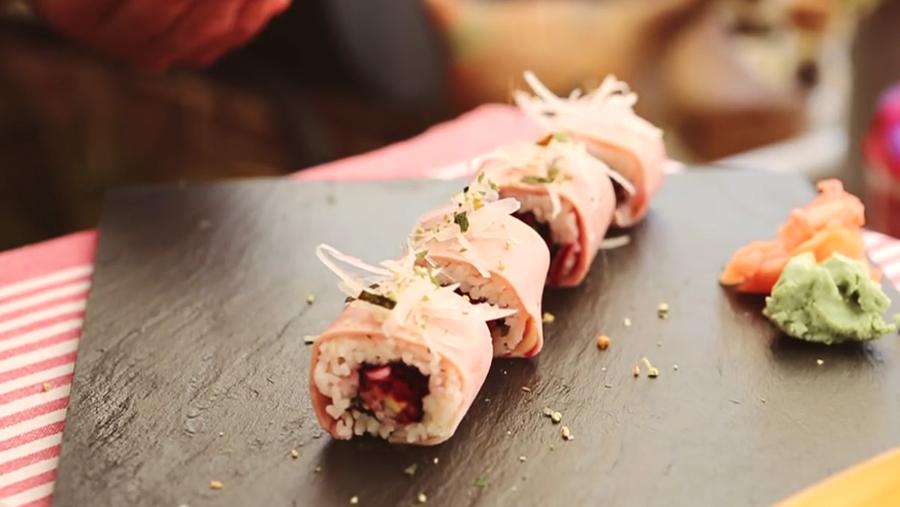 Maki de tartar de remolacha envuelto en Delisandwich sabor Cangrejo con salsa rosa