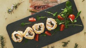 Pan de tomate relleno de Jamón Cocido Hierbas Mediterráneas con crema de queso y rúcula