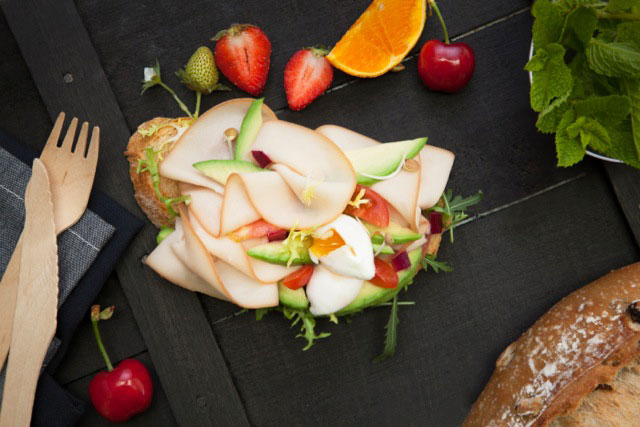 Tosta con Pechuga de Pollo Braseada y huevo escalfado