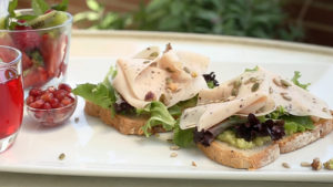 Tosta de pan de semillas con aguacate y Pechuga de Pavo sabor Trufa Negra, ensalada variada y frutos secos