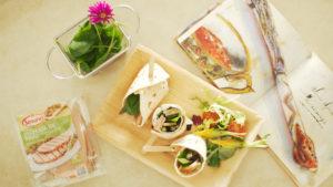 Wrap de tortita multicereal con Pechuga de Pavo a las Finas Hierbas de Un Momento y Listo, crema de queso con pasas, espinacas y espárragos